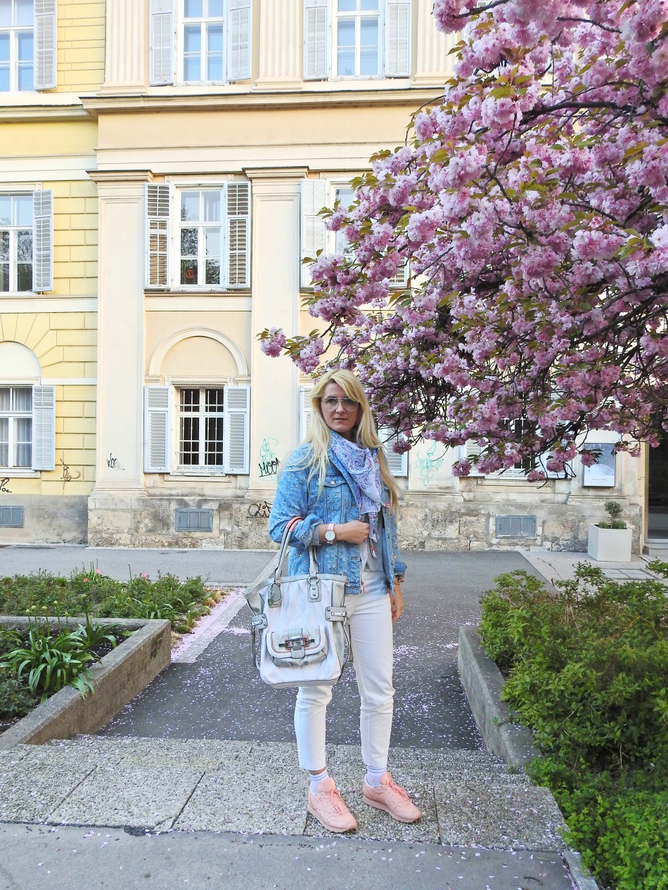 Reebok-Classic-Spirit-Guess-Bag-Denim-Jacket-Pailletten-Spring-Look-carrieslifestyle-Tamara-Prutsch-Daniel-Wellington-Zaful