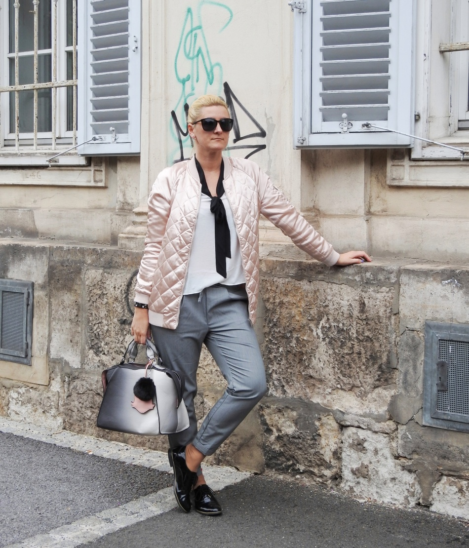 Pink-Bomberjacket-Bomber-Jacke-Grey-Pants-Slippers-black-carrieslifestyle-Tamara-Prutsch