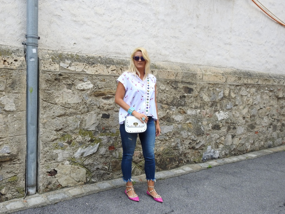 Flamingo-Blouse-Fringed-Jeans-Denim-Valentino-Rockstuds-Bag-Shoes-carrieslifestyle-Tamara-Prutsch