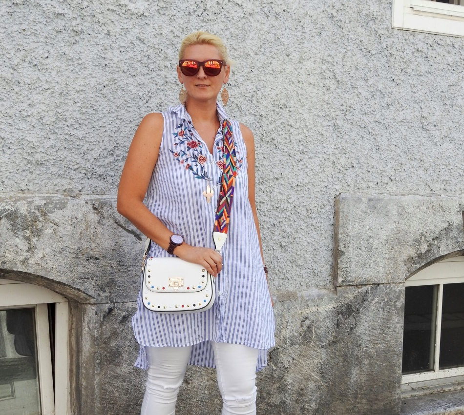 Vertical-Striped-Blouse-white-Pants-Miumiu-Sandals-Valentino-Rockstud-Bag-carrieslifestyle-Tamara-Prutsch