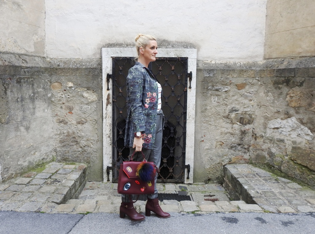 Fall-Look-Grey-Winered-Patches-Bag-Floralprint-Blazer-carrieslifestyle-Tamara-Prutsch
