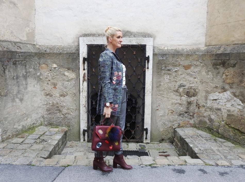 Fall-Look-Grey-Winered-Patches-Bag-Floralprint-Blazer-carrieslifestyle-Tamara-Prutsch