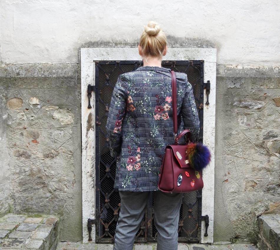 Grey-winered-boots-bag-patches-Blazer-Floralprint-striped-shirt-carrieslifestyle-Tamara-Prutsch