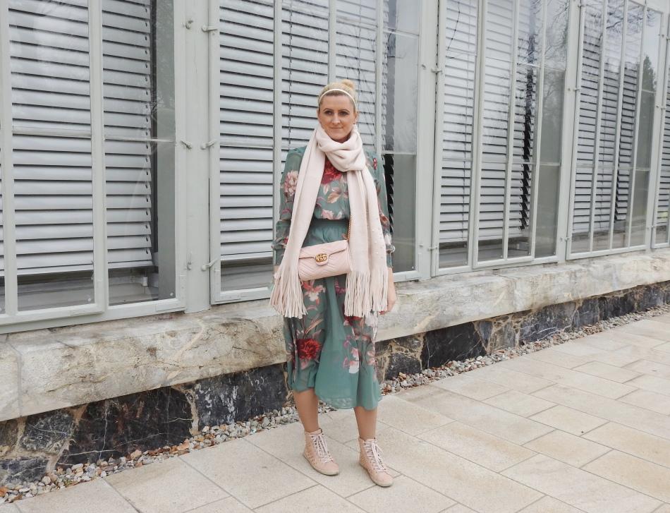 Floralprint-Dress-Springlook-studded-Sneakers-pink-Scarf-carrieslifestyle-Tamara-Prutsch