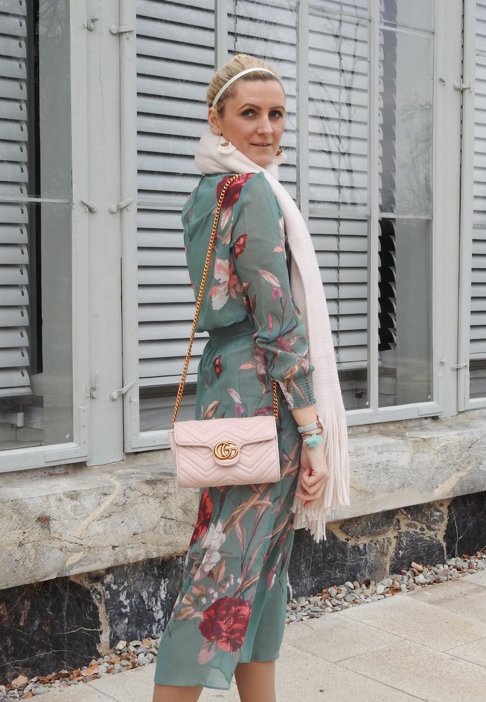 Floral-Print-Dress-Studded-Sneakers-Springlook-pink-scarf-pearls-carrieslifestyle-Tamara-Prutsch
