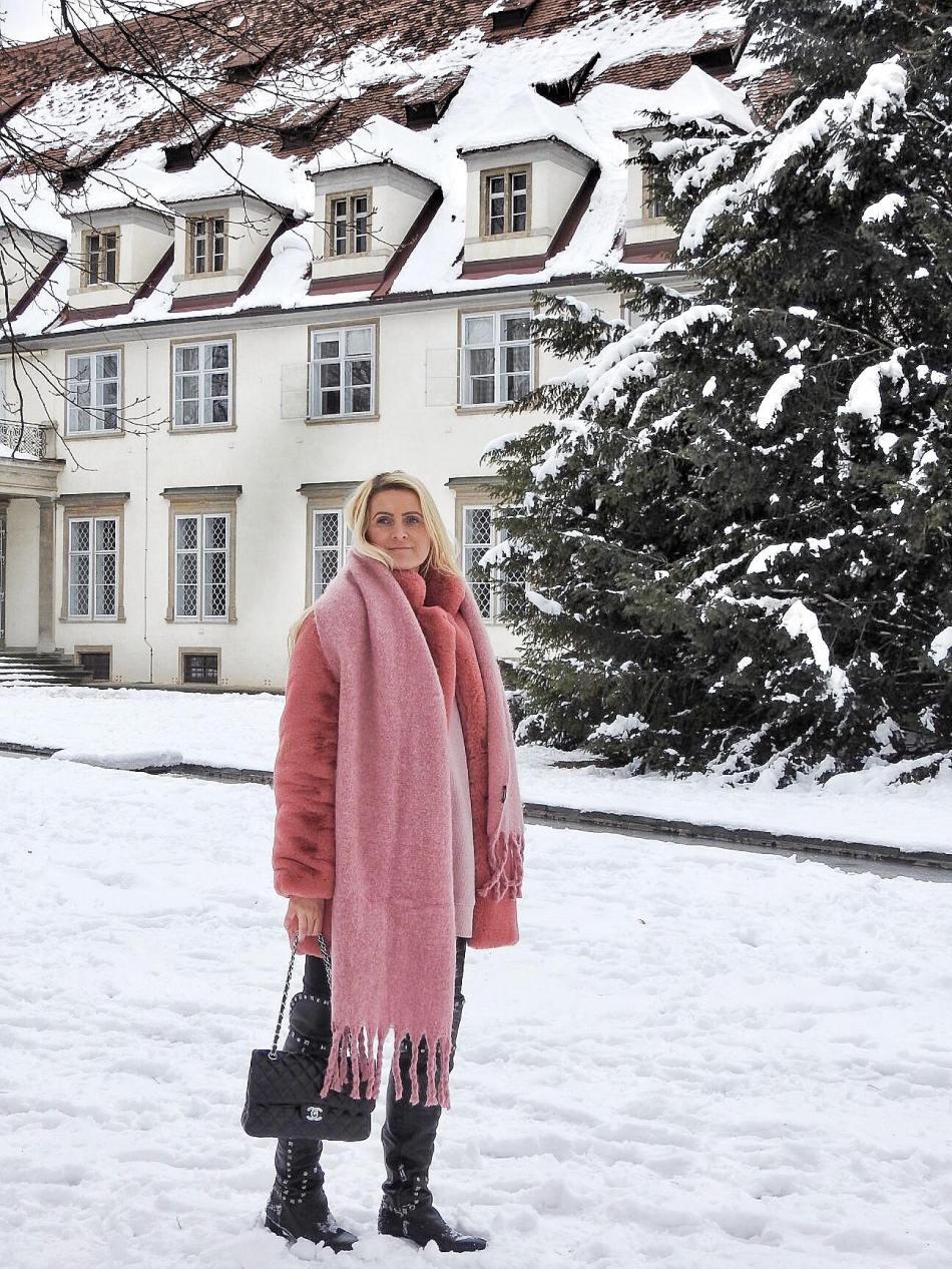 Winter-Wonderland-Graz-Burggarten-snow-Schnee-Fake-Faux-Fur-Coat-Pink-Studs-Studded-Boots-Tory-Burch-carrieslifestyle-Tamara-Prutsch