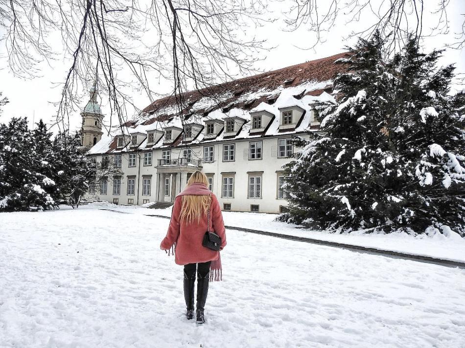 Winter-Wonderland-Graz-Burggarten-Fake-Faux-Fur-Coat-Chanel-Bag-Studs-Studded-Boots-Tory-Burch-carrieslifestyle-Tamara-Prutsch