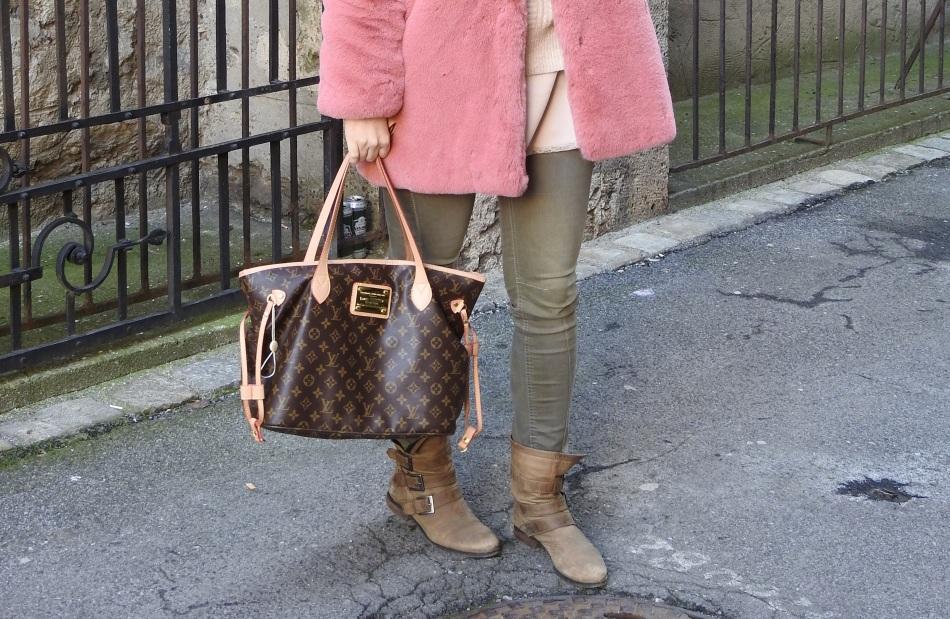 Fakefur-Coat-Pink-Fur-Louis-Vuitton-Bag-Booties-khaki-Denim-carrieslifestyle-Tamara-Prutsch-Winter-Snow